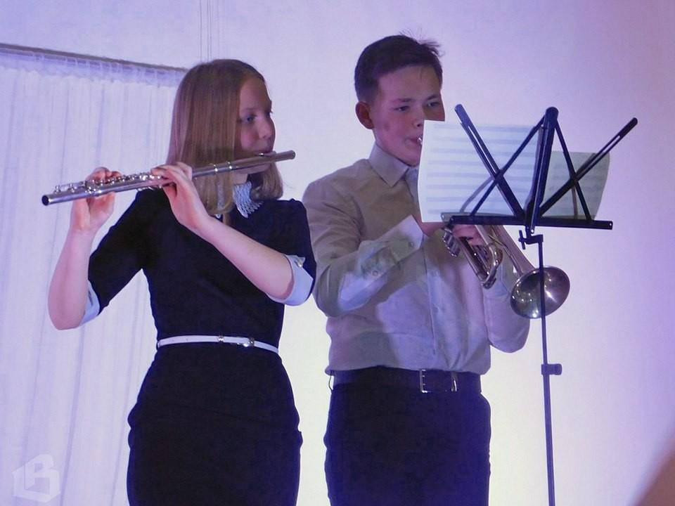 Игорь Большаков и Даша Иванова не только хорошо учатся в школе, но и занимаются музыкой